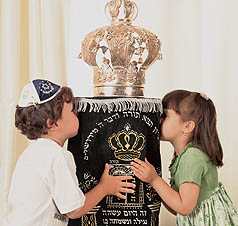 Children-kiss-torah